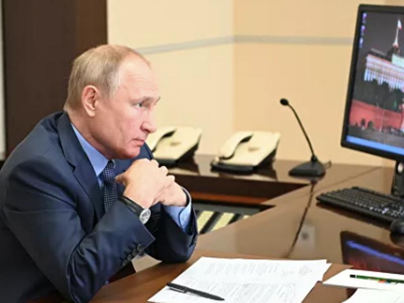 """Путин поручил выплачивать """"школьные"""" пособия со 2 августа"""